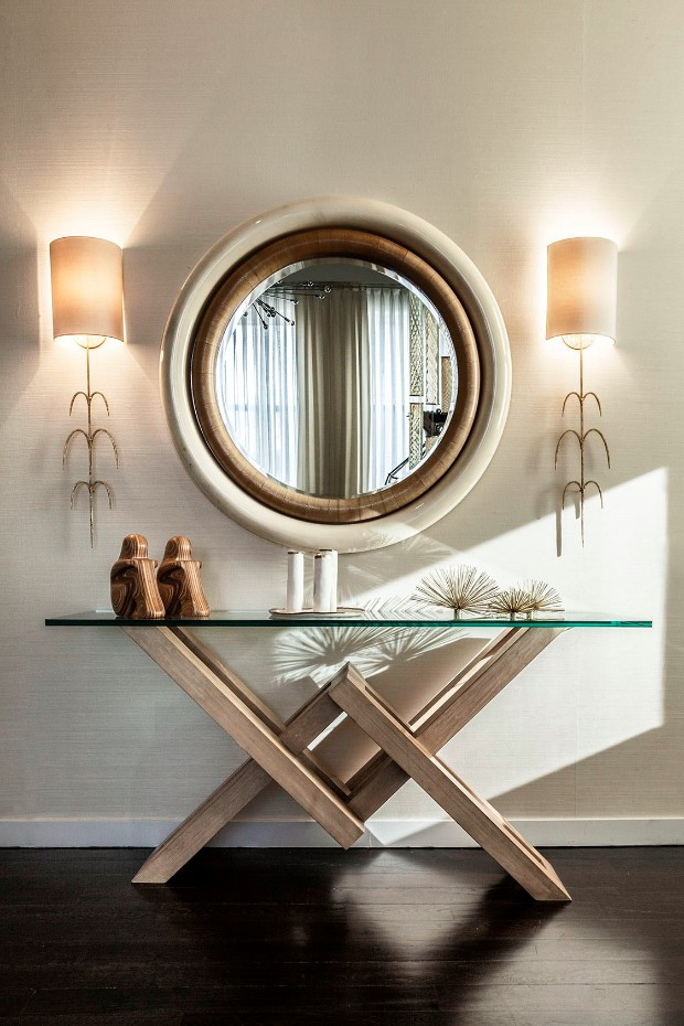 No matter the size of your entry space, a statement mirror or a beautiful piece of artwork is always appropriate. console table Get inspired by Luxurious Console Tables 1 Entryway