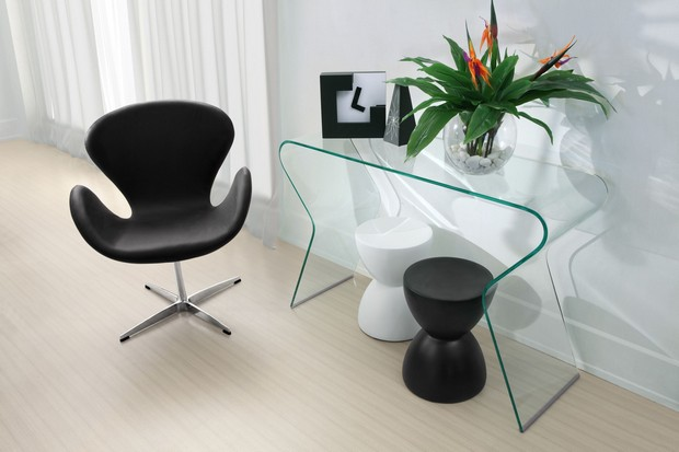 console tables How to Play with Console Tables and Chairs Modern tempered glass top console table with chair and two end tables in beautiful living room